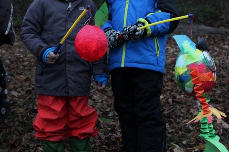 Stolz präsentieren die Kinder ihre selbst gebastelten Laternen beim Martinsfest