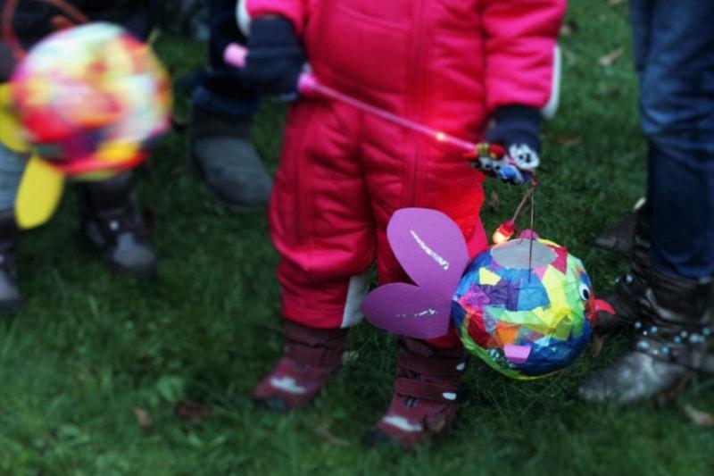 Kinder mit selbst gebastelter Laterne beim Martinsfest